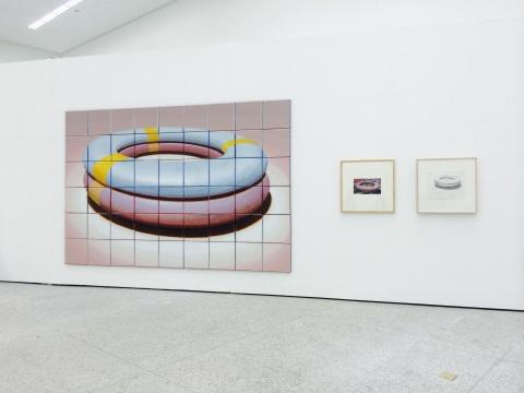 张慧《救生圈(纪念)》40×40cm×54 布面丙烯 2015,右边两张小幅作品为草稿