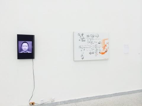谢南星作品《某人肖像》现场,80×110cm 布面油画、录像 2015