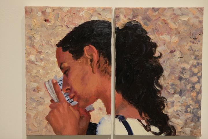 """《在以色列和巴基斯坦之间10》30x20cmx2 布面油画 2013  女孩很虔诚手捧旧约圣经,背景是哭墙,刘小东在4月17日的日记中写道:""""比较紧张,也许以后的画不紧张但没有这张诚恳呢。"""""""