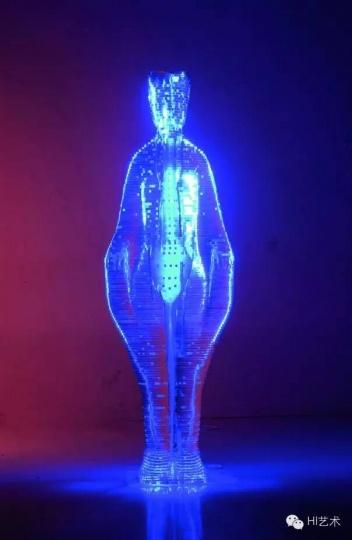 李晖 《穴相》 35×65×165cm 亚克力、霓虹灯、不锈钢 2004