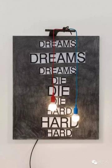 谭天 《DASH SNOW+ Jonathan Monk + Anna Barriball》 100×120×50cm 布面铅笔、拼贴、灯泡 2015