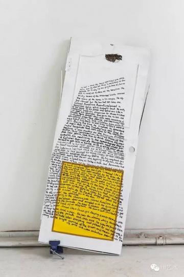 谭天 《Marco Tirelli + Pedro Cabrita Reis + Fiona Banner》 200×90cm 门、虎台钳、马克笔、油漆 2015