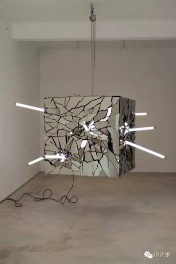 李晖 《错乱的瞬间》 250×250×120cm 不锈钢 2015