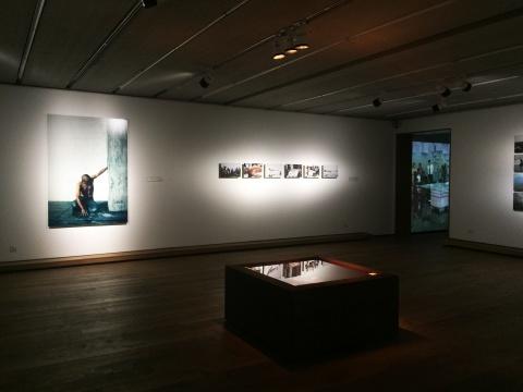 二楼展厅集中展示何云昌过去行为作品的精选