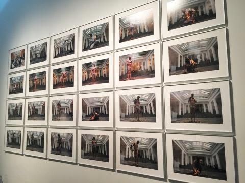 《涅槃,肉身》 2003 何云昌 2013年4月13、14日,在比利时布鲁塞尔国家美术馆将自己身上的所有衣服一点一点全部烧尽,历时二十四小时