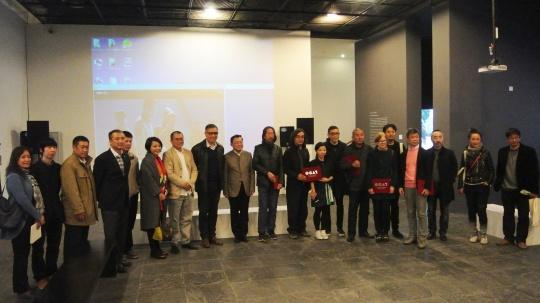 出席展览的嘉宾、艺术家以及OCAT工作人员