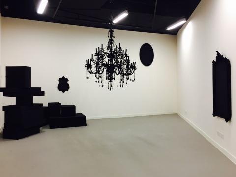 邵译农&慕辰 2008年作品《东风西风》 天鹅弹力绒、欧式水晶灯、欧式镜框、黑色羊绒呢