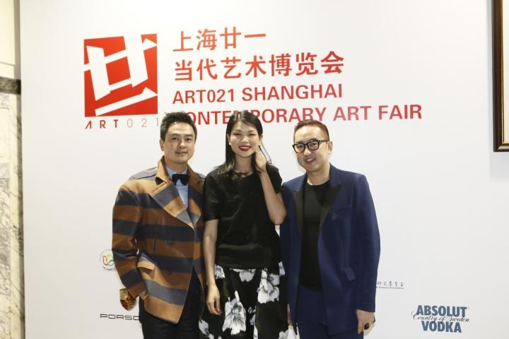 第一届ART021举办现场,包一峰与嘉宾合影