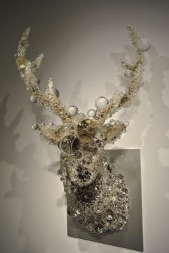 另一件《PixCell-Deer》作品被固定在墙面