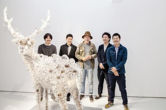 名和晃平(左二)、阿拉里奥集团总裁金昌一(中间)与SANDWICH工作室成员