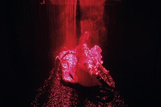 李晖《消失的灵魂》 尺寸可变 烟雾、激光、金属 2008 版数 1/3  成交价:80.5万元