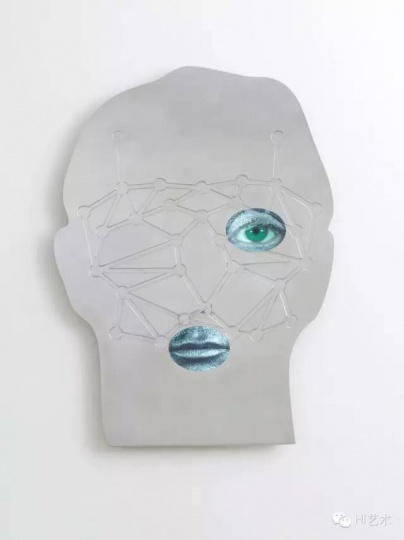 TONY OURSLER 《N(EAR) H(UMAN)》116.8x91.4 cm 铝、CD屏幕、声音 2015