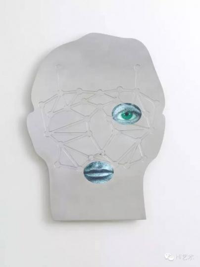 TONY OURSLER 《N(EAR) H(UMAN)》116.8x91.4 cm 铝、CD屏幕、声音 2015