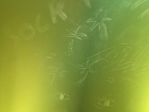 画板上画着海浪,椰子树