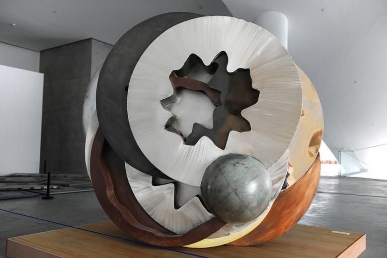 王郁洋《装备》,从01代码转换而来的装置形体,将艺术家对于作品的最终控制转向计算机语言的转译