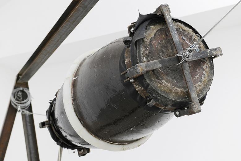 孙原装置《未命名》,水缸和真空泵构成的结构被悬挂在铁架之中,拉扯之中停于暂时的平衡