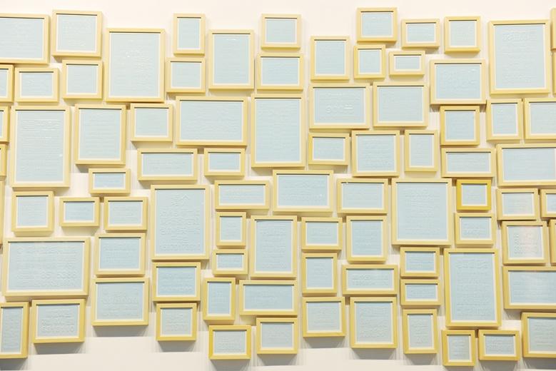 以瓷板烧制的满墙的小广告,以一种凝滞的状态,记录了被强行记忆的那些城市角落中的粘贴信息