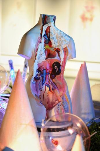 """蜂巢当代艺术中心展出宋琨个展""""阿修罗净界"""",《岛》在展厅中央形成一种悬浮感,并将其他作品串联其中"""