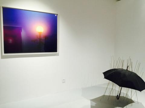 陈维2011年装置及2013年收藏级喷墨打印作品《雨伞(金色)》、《今日不易拍摄》