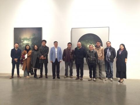 """艺凯旋""""Cross Thinking""""展览现场,北京保利国际拍卖执行董事赵旭(左5)、北京保利现当代艺术部艺术总监常天鹄(左4)、当代艺术收藏家李苏桥(右2)等嘉宾合影。"""