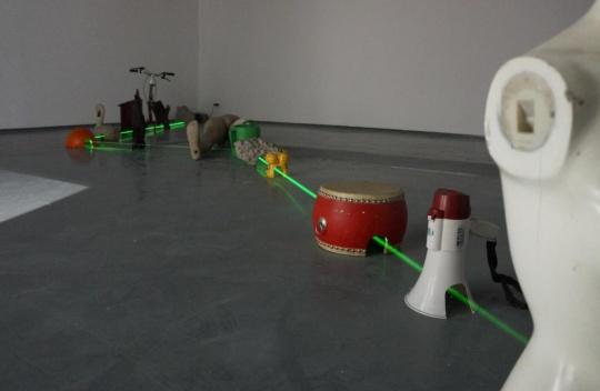 金石 《富杭台》综合材料 2013-2014艺术家用激光代替杭州周边的一条穿越杭州、台州的道路,表现了人造物对待自然的暴力。