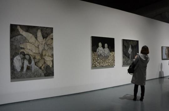"""艺术家王顷现场,作品多来源于照片底片,带有对""""怀旧""""的想象。"""