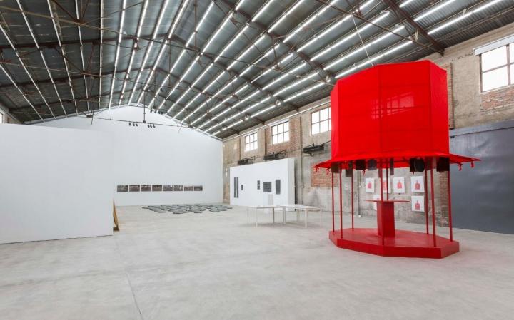 """展览""""临界线上的居民""""不仅提供了一种视觉经验,它更是艺术家们一次有意识的邀请,邀约观众进入其常居的过渡地带,并以此反观自我。"""