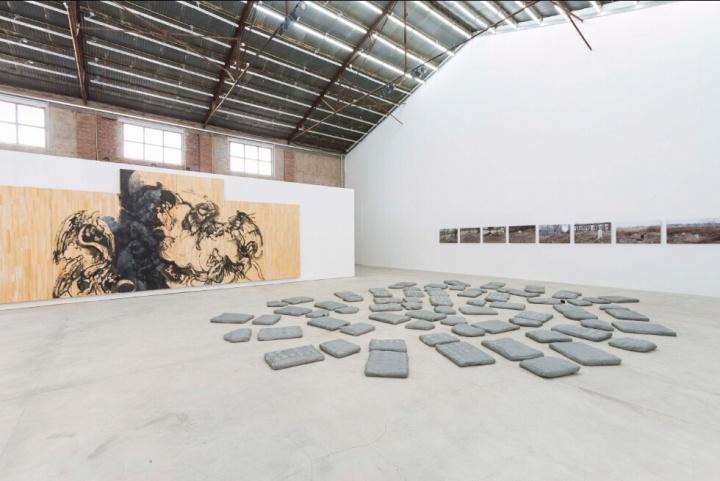 邱炯炯正在创作中的大尺幅绘画作品