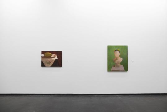 左:《芒果 No.4》60 x 80 cm 布面油画 2016右:《自画像No.4》100 x 80 cm 布面油画 2009