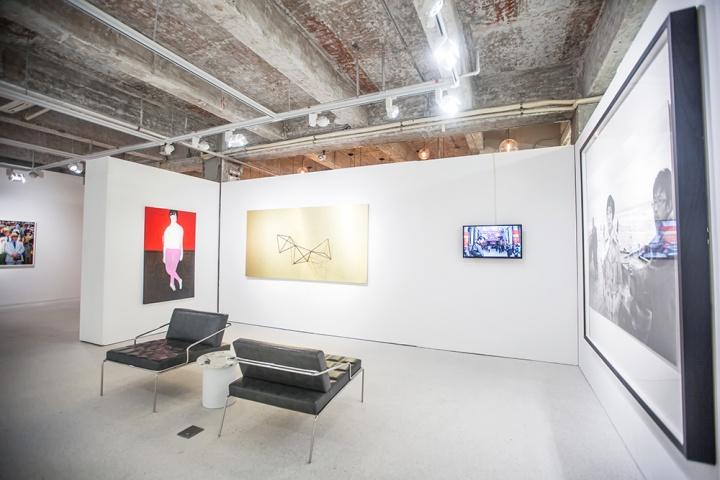 有空间现场 (左起:倪鹭露《Red wall and teak floor》、杨心广《金色 II》、李燎《一记武汉》、杨福东《竹林七贤之四》)
