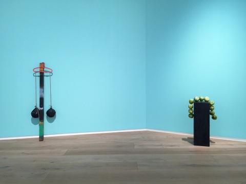 谭天 《Jannis Kounellis》 183×60×20cm 方钢、发泡胶、气球、衣架、麻绳 2014(左)  谭天 《Hans Haacke》 尺寸可变  展台、梨  2016(右)