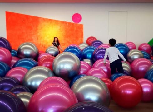 高露迪 《软糖》 尺寸可变  瑜伽球、墙面丙烯  2016