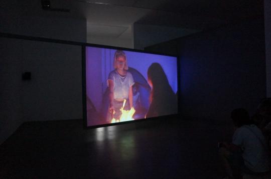 《没有世界》是艺术家对社会冲突的媒体化投射。