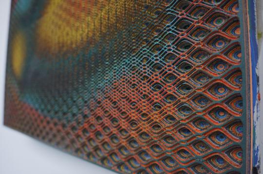 作品局部,艺术家反复涂抹的一层一层的颜料在纵向上清晰可见。