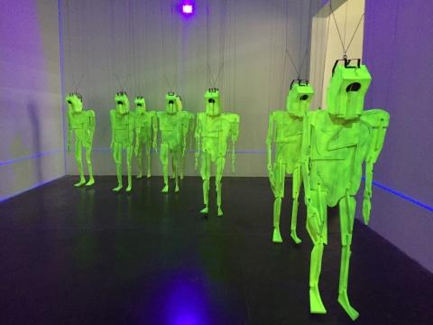 尺寸可变 木质提线木偶10件,荧光涂料,数控机电滑轨装置,紫光灯线