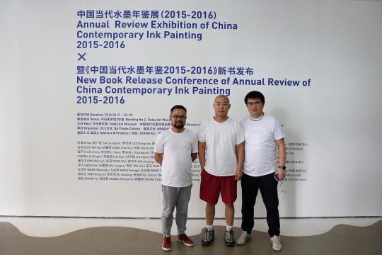 中国当代水墨年鉴发起人张凯(左)张宗喜(右)与参展艺术家朱伟(中)