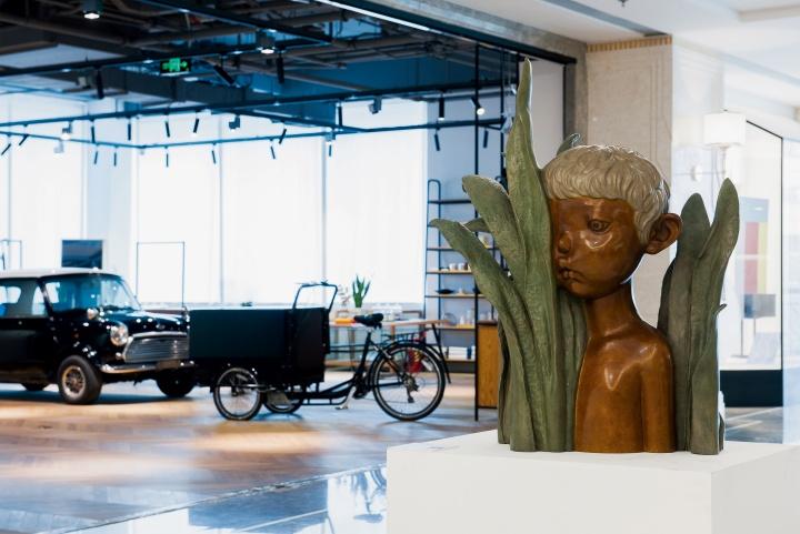 会空间门外走廊上的李伟&刘知音的雕塑作品《不眠夜》