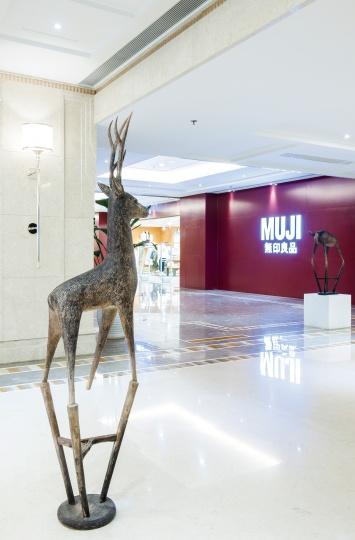 艺术家张弱的《动物家-鹿》,似乎正眺望着不远处的无印良品