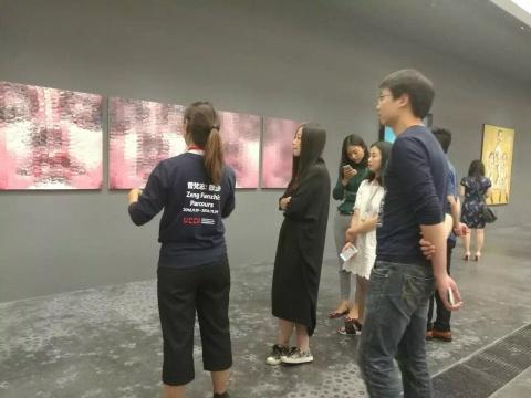 """看展环节:艺厘米安排专人为嘉宾导览曾梵志展览""""散步"""""""