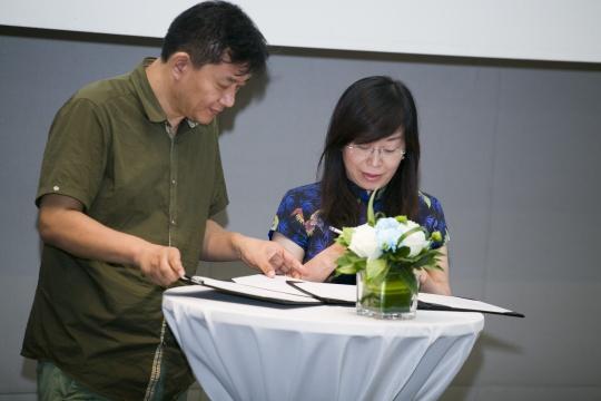"""战略签约环节:艺厘米与爱德基金会针对聋人艺术教育与推广项目""""听见艺术""""的战略签约"""