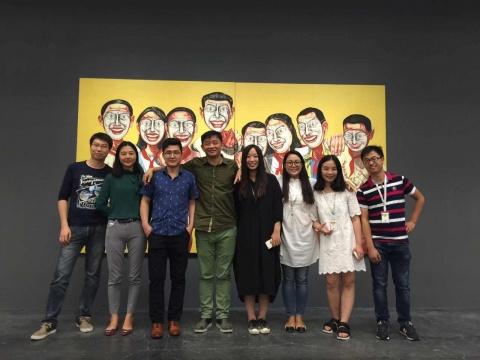 """""""艺厘米APP""""团队在北京尤伦斯当代艺术中心 曾梵志个展作品前合影"""