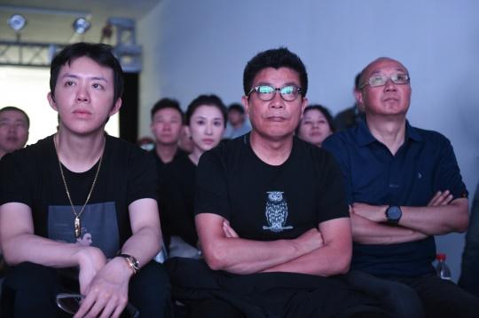 现场嘉宾认真观看艺网平台演示(左至右-李云迪、王中军、冯仑)