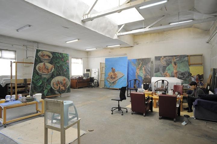 喻红工作室很空,除了绘画之外,在这里几乎找不到多余的物件