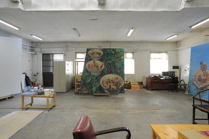"""工作室里的这几张画即将在央美美术馆个展""""游园惊梦""""中呈现,可以看见画作的尺幅是非常大的"""