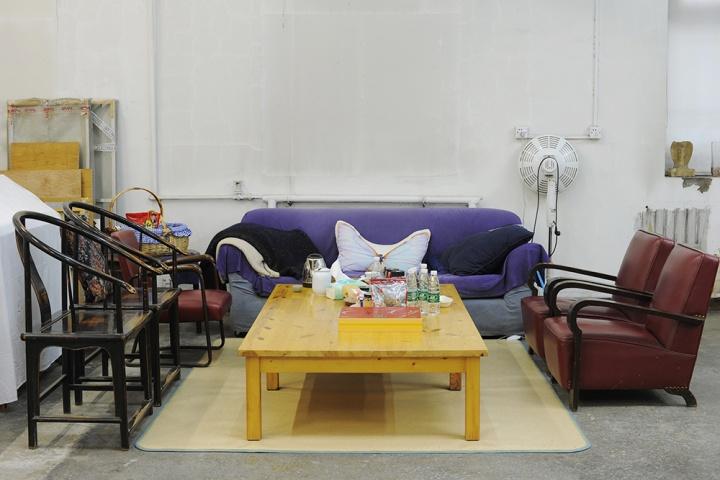 被沙发和椅子为起来的休息区,茶几下面也有一张电热毯为了冬天取暖,这是工作室里唯一可以休息的地方,我们的采访也在这里进行