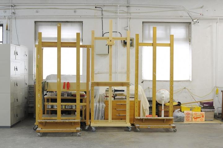 工作室里画架成了主角,这些大大小小不同的画架在喻红工作室有很多