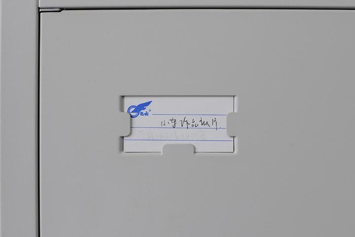 """喻红工作室门口的柜子,柜子里存放的大多是资料,柜子上清楚的标示出柜内所存放的物件,大部分与刘小东和刘娃有关,我们也清楚的拍下了这个标牌,上面写着""""小东作品底片"""""""