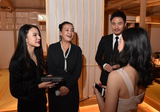 (左起)傲鳗主理人温妮、企业家张兰、演员耿乐在展览现场