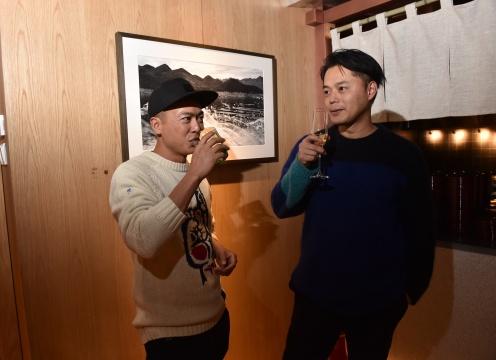 摄影师编号223与建筑师青山周平在展览现场