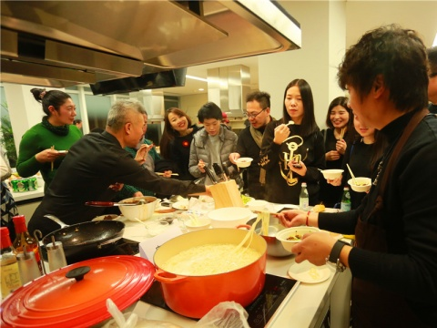 """方太生活家艺术现场的艺术家尤金烹饪的""""有劲面""""成为最卖座的美食。"""